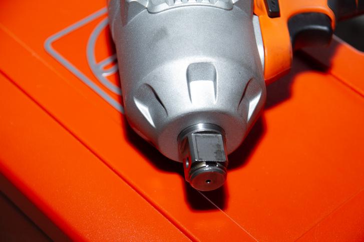 Két gyűrű van a szerszámbefogáson, egy erőzáras C-gyűrű, plusz egy rögzítőgyűrű, de van furat a rögzítőcsapnak is