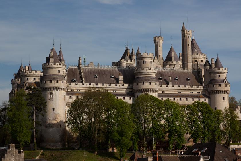 A szépséges pierrefonds-i kastély Észak-Franciaországban található. A 12. században építették, majd a 13. században VI. Károly alakíttatta át. A későbbi évszázadokban leromlott az állapota, végül Napóleon keltette ismét életre. Napjainkra tv-show-k és filmek helyszíne lett.