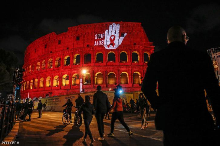 Az AIDS elleni világnap alkalmából vörös fénnyel világították meg a római Colosseum épületét 2019. december 1-jén