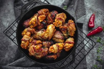 Baconbe tekert chilis csirkeszárnyak: egyszerre ropogós, omlós és szaftos