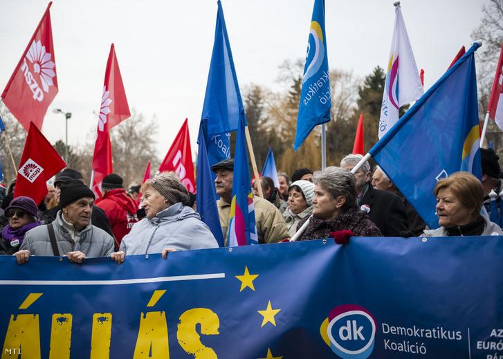 Tüntetők a munka törvénykönyvének az önkéntes túlmunkaidő bővítéséről szóló módosítása elleni demonstráción Tatabányán a Fõ téren 2019. január 19-én.