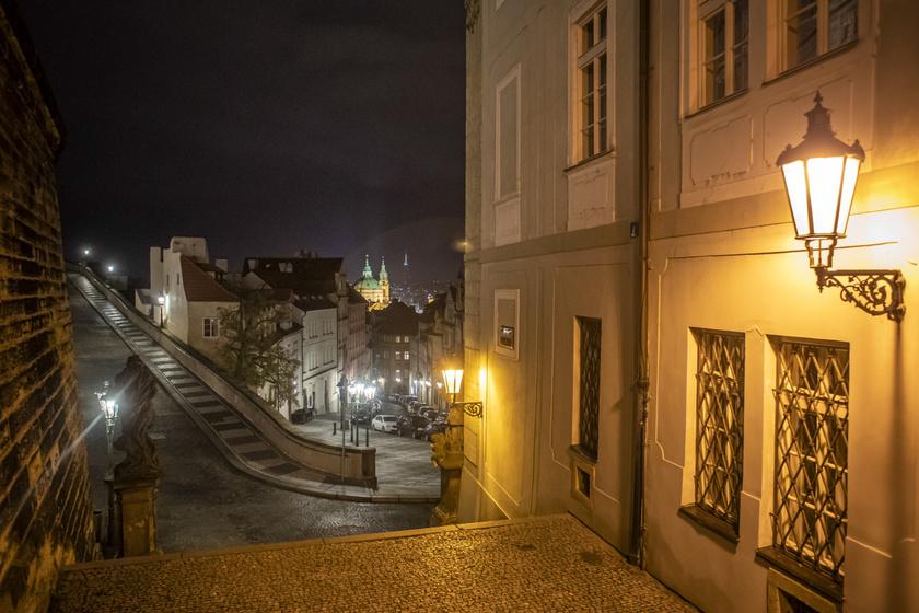 Prágában sincs mozgás este az utcákon.