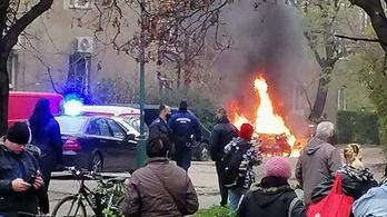 Hatalmas lángokkal kiégett egy autó Dunaújvárosban