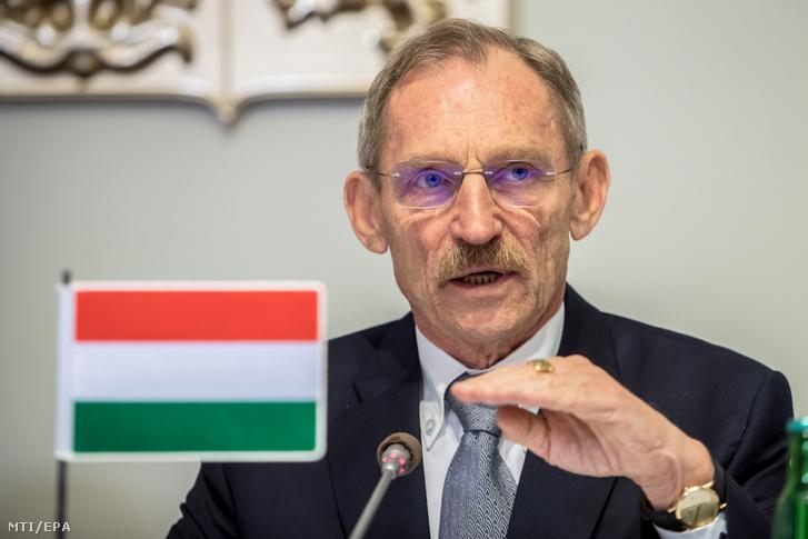 Pintér Sándor belügyminiszter beszél a visegrádi négyek (V4) és Ausztria belügyminisztereinek találkozóján rendezett sajtótájékoztatón Prágában 2019. november 21-én