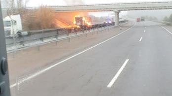 Kigyulladt egy kamion, áll a forgalom az M3-ason