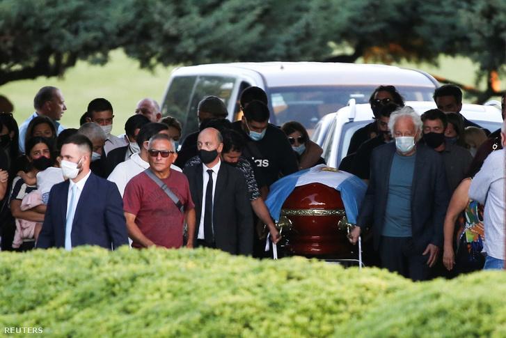 Családtagok Diego Maradona koporsójánál a temetőben 2020. november 26-án