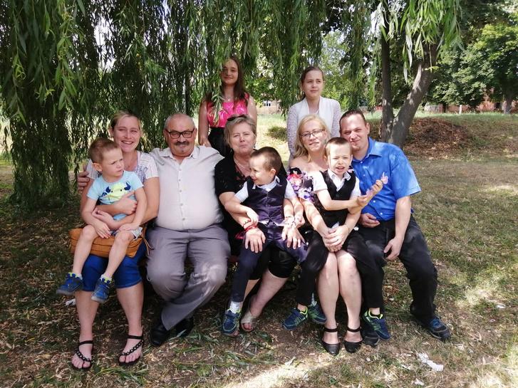 Katalin - középen - és családja