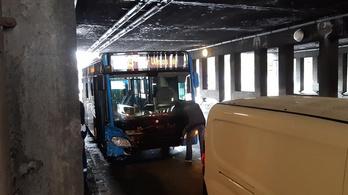 Személyautóval ütközött a 105-ös busz a vasúti felüljárónál