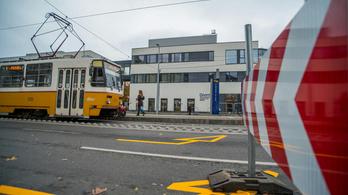 Egy férfi át akart mászni az 1-es villamos kocsijai között, de beszorult az ütköző alá és szörnyethalt