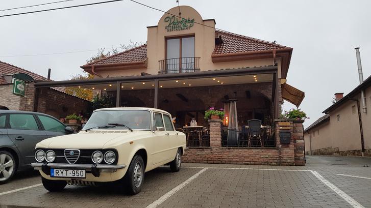 Ez meg már Bogács, Koncz urunk terepe, stílusosan egy olasz étterem előtt