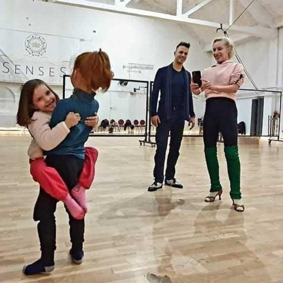 Zoé és Beni már az emelést gyakorolják arra az esetre, ha egyszer ők indulnának el egy táncos műsorban.