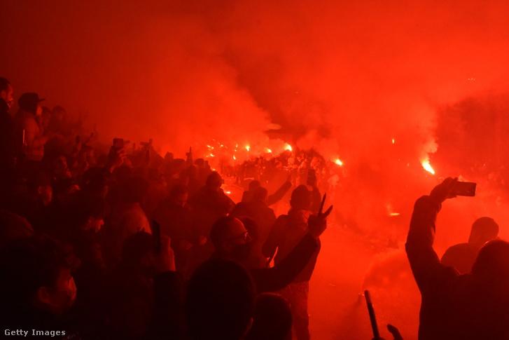 Emberek ezrei búcsúztak görögtűzzel Diego Maradonától a San Paolo Stadionnál 2020. november 26-án