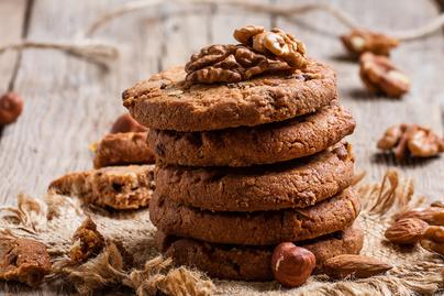Nagyon vajas diós keksz: rengeteg csokoládé gazdagítja