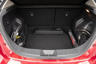 A töltőkábeleknek nincs külön rekesz, de két oldalt vannak zsebek, ott lehet őket tárolni. Kalaptartó nélkül egyébként 420 liter, vele 385 liter a csomagtér