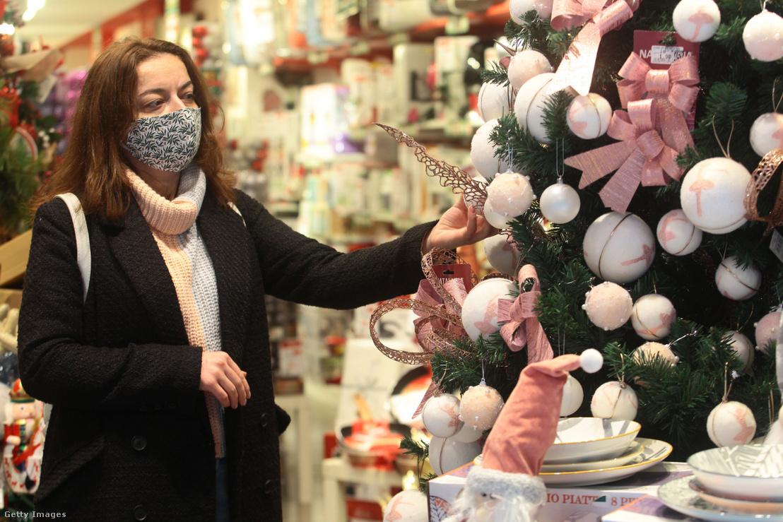 Maszkot viselő nő Olaszországban 2020. november 20-án.