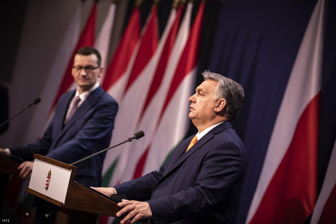 Orbán Viktor magyar és Mateusz Morawiecki lengyel kormányfő sajtótájékoztatót tart a karmelita kolostorban 2020. november 26-án.