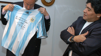Kétmillió dollárért kínálják Maradona mezét