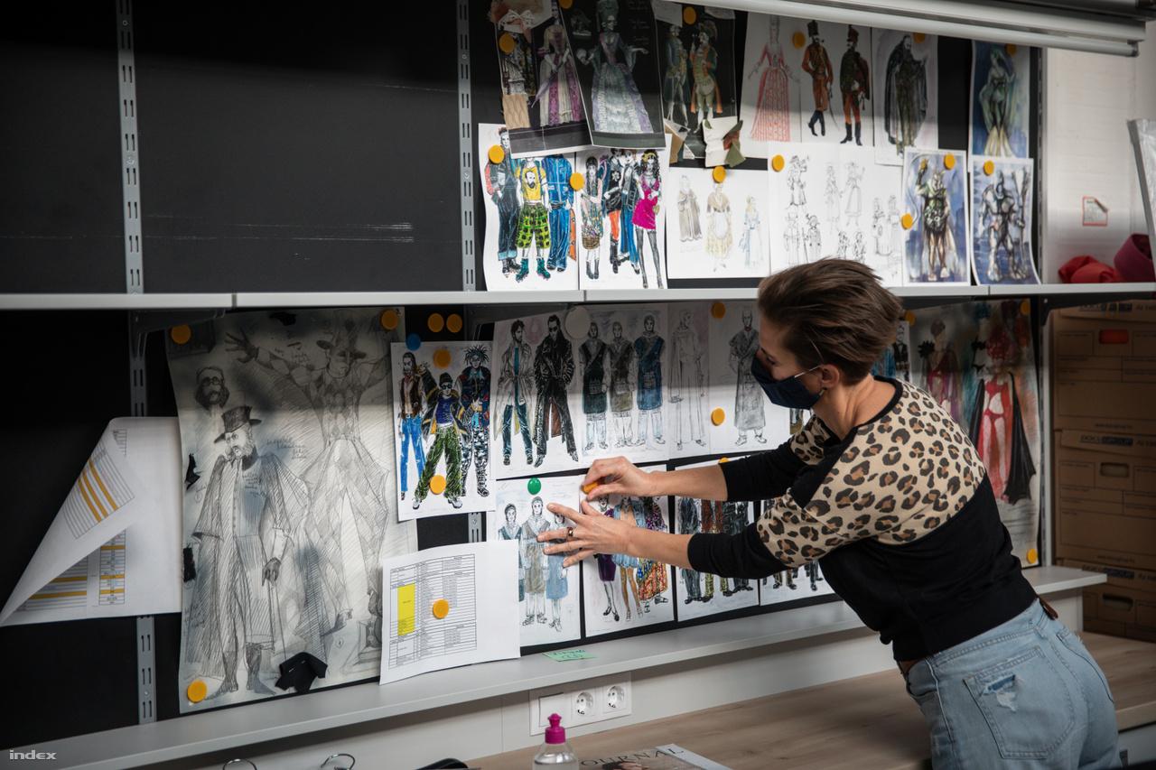 Weigand Lívia, a jelmezkészítő műhelyek vezetője korábbi produkciók jelmezterveit rendezgeti az Eiffel Műhelyházban.