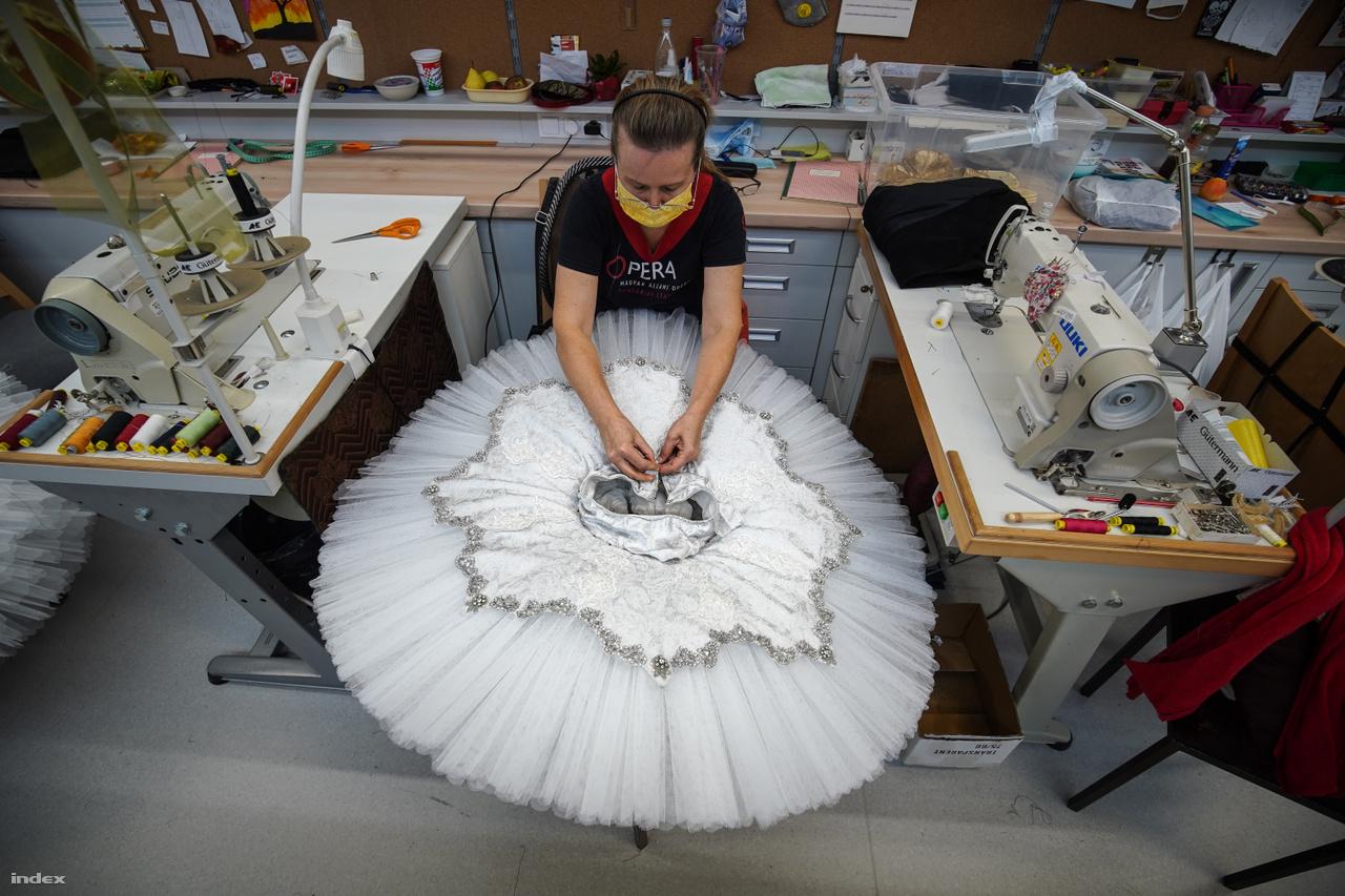 A hópihék tütüinek felújító munkálatai Csajkovszkij mesebalettjének jelmezein. A Diótörő a karácsonyi időszak elmaradhatatlan produkciója és a Magyar Állami Operaház egyik legtöbbet játszott darabja, egyben legnépszerűbb balettelőadása.
