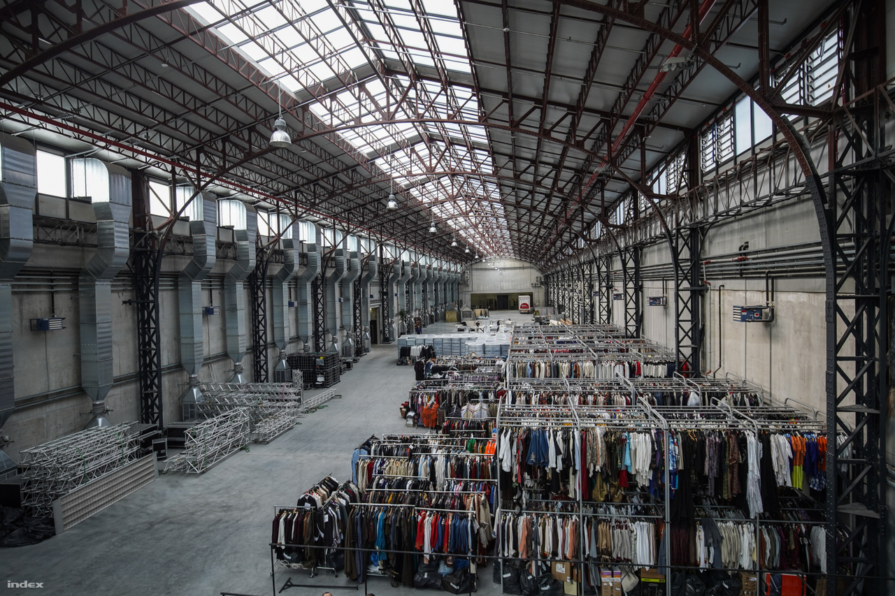 A 3600 m2-es Óriásraktár teljes hosszában. Előtérben a jelmezekkel, középen a Veszedelmes éden (Les Enfants Terribles) száradó díszleteivel, háttérben a turnékamionnal.