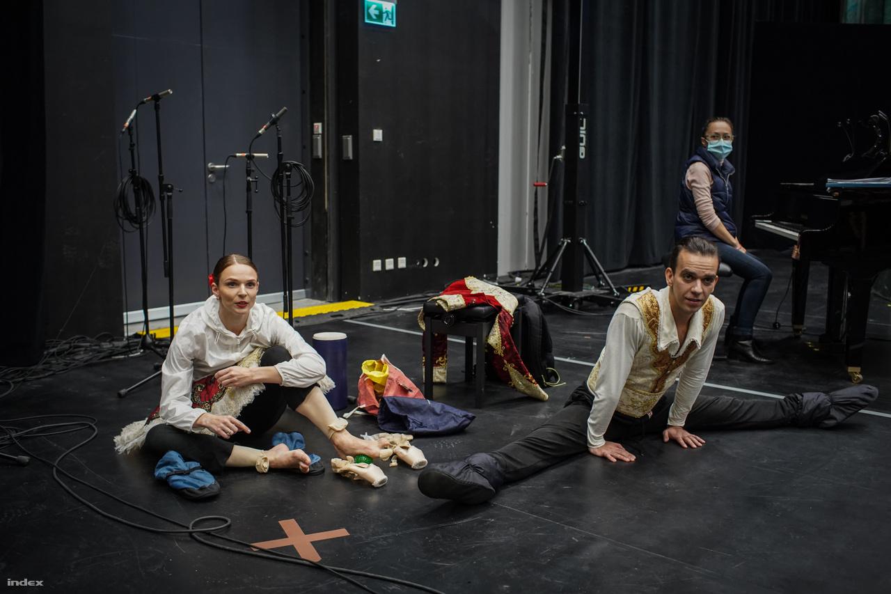 Cheprasova Elizaveta grand sujet partnerével, Lagunov Ievgen első magántáncossal együtt melegít be a Kitri és Basil pas de deux-je előtt.