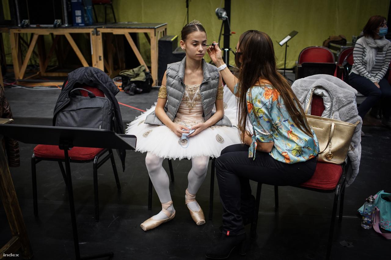 A Magyar Nemzeti Balettintézet (MNBI)  növendékei is szerepet kapnak az előadásokban. A smink esetükben is a színpadi megjelenés része.