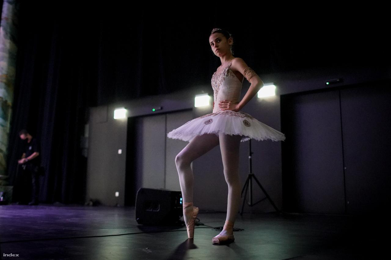 Strbka Zsófia, a Magyar Nemzeti Balettintézet 5. osztályos növendéke a Pepita-féle Csipkerózsika-variációt táncolja. Az Eiffel Műhelyház Hevesi Sándor háziszínpadán várakozik, mikor léphet színpadra.