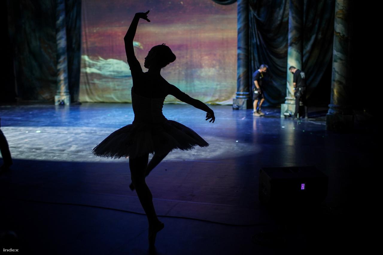 Strbka Zsófia, a Magyar Nemzeti Balettintézet 5. osztályos növendéke a TTT-próbán a Pepita-féle Csipkerózsika-variációt próbálja az Eiffel Műhelyház Hevesi Sándor háziszínpadának takarásában.
