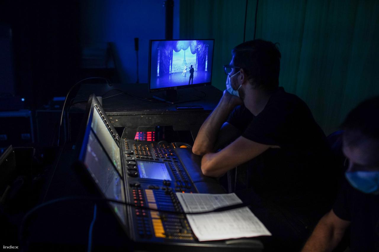 A Hevesi Sándor háziszínpadon az Opera világítási és hangtárának munkatársai a keverőpult mögül figyelik a közvetítés előkészületeit.