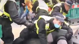 Tüntetnek Londonban a koronavírus elleni korlátozások miatt, 155 embert már őrizetbe vettek