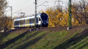 Két kocsija nélkül érkezett az állomásra a lajosmizsei vonat, az utasoknak senki nem szólt