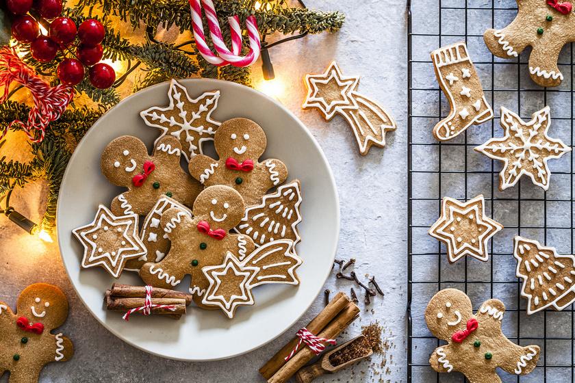 A díszes mézeskalács a legtöbb családban hozzátartozik a karácsonyhoz. Az ünnepi asztalnak is csodás ékei lehetnek az illatos, omlós sütik. Nem kell a utolsó pillanatra hagyni a mézeskalács elkészítését, mert hetekig puha marad.