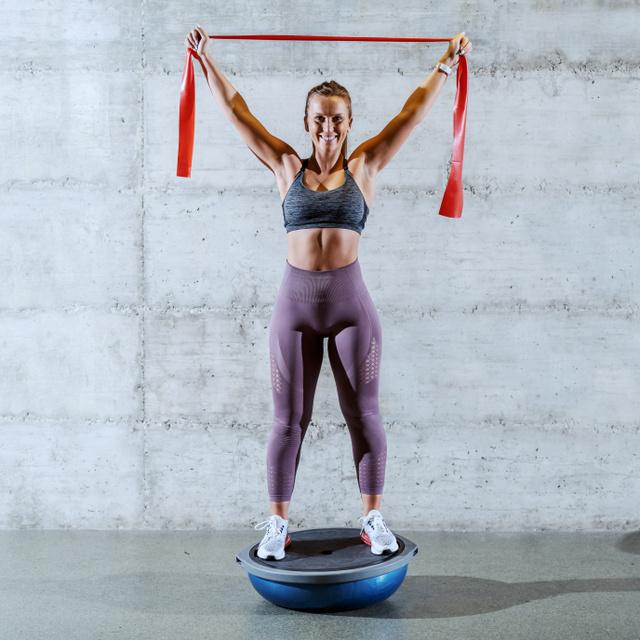 Betonkemény mélyizmokat csinál, és a hátfájáson is segít: 6 szuper gyakorlat egyensúlylabdával