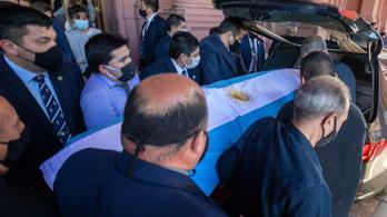 Halálos fenyegetéseket kapott a Maradona koporsójával pózoló férfi és fia