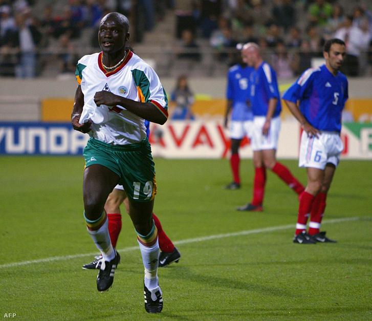 Papa Bouba Diop ünnepli a franciák ellen szerzett gólját