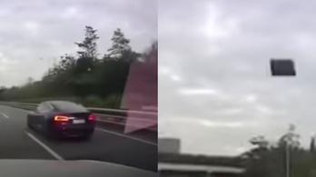 Videón, ahogy lerepül egy Tesla teteje