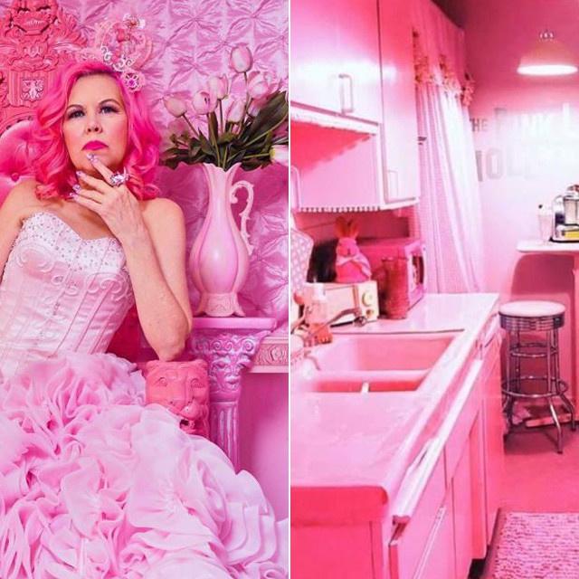 Az 56 éves nő egész otthona olyan, mint egy Barbie-ház: szó szerint minden rózsaszín Kitten lakásában