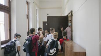 Szerbiában mostantól csak az alsósok járnak iskolába