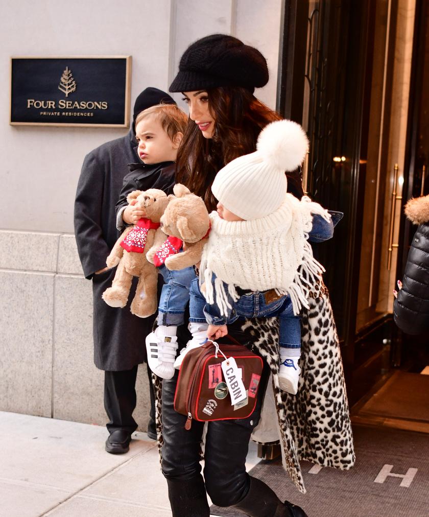 Ez a fotó még 2018 decemberében készült az ikrekről és Amal Clooney-ról.