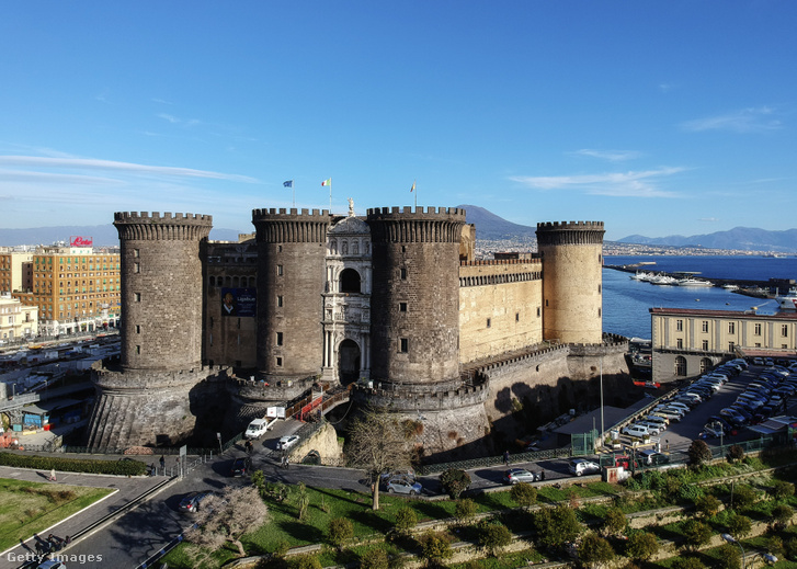 A Castel Nuovo (nevének jelentése Új Vár), ismertebb nevén Maschio Angioino (Anjou-erőd), Nápoly leghíresebb építménye