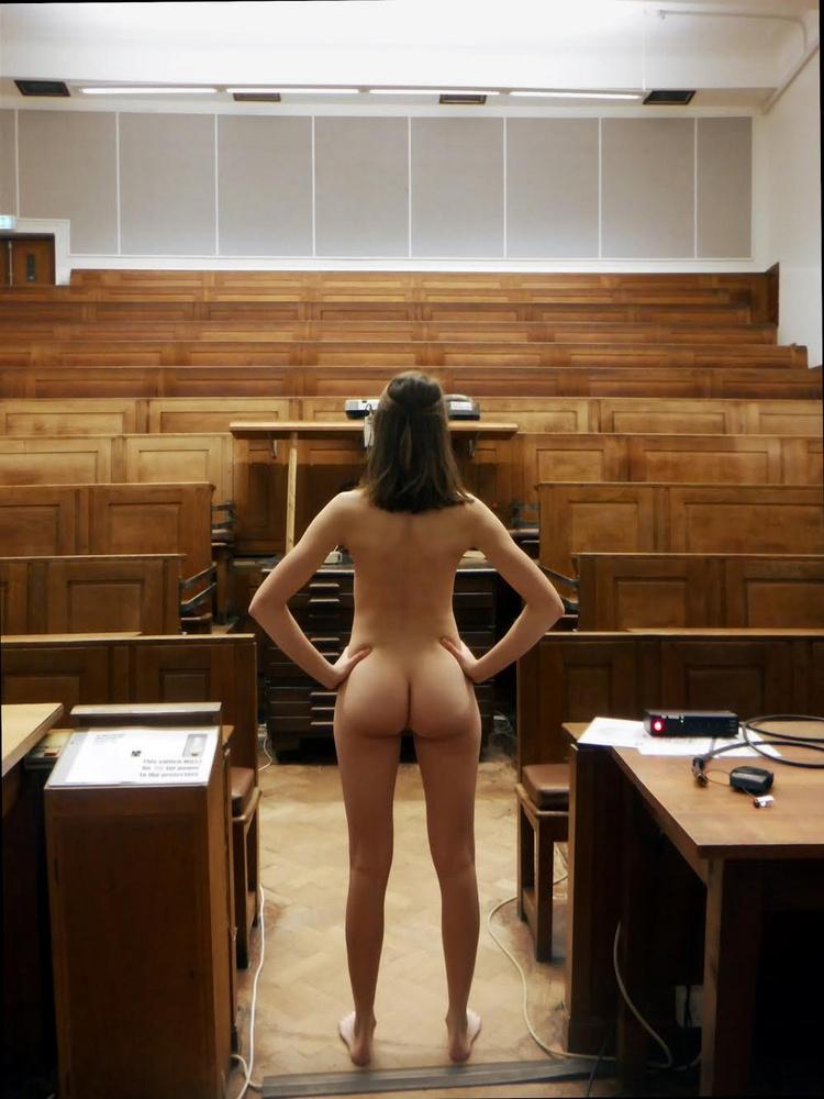 Szerintünk a legmerészebb pályázó ez a nő, aki egy előadóteremben, a tanár pulpitusa mellett pózolt meztelenül