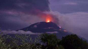 Indonéziában emberek ezreit menekítettek ki egy vulkán miatt
