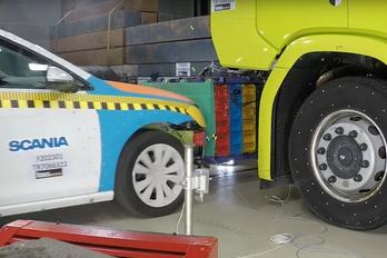 Valódi autóval tesztelték a villany-Scania akkuját