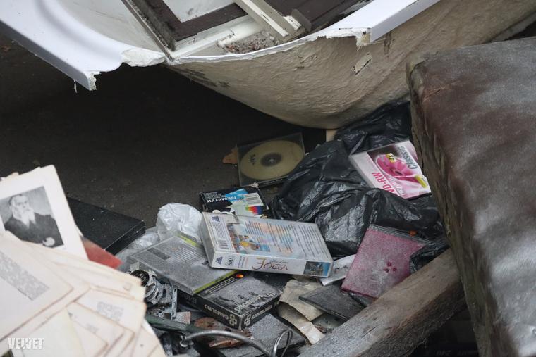 Volt egy másik háztartás is a környéken, ahol most elégelték meg, hogy túl régóta porosodnak a polcon a régi VHS-kazetták