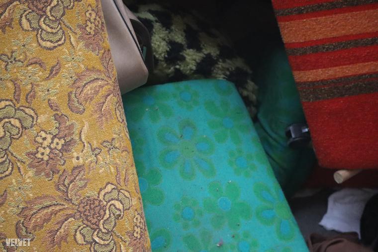 Még korábbi évtizedekbe visznek vissza ezek a nagyon retrós kárpitokkal bevont bútorok.