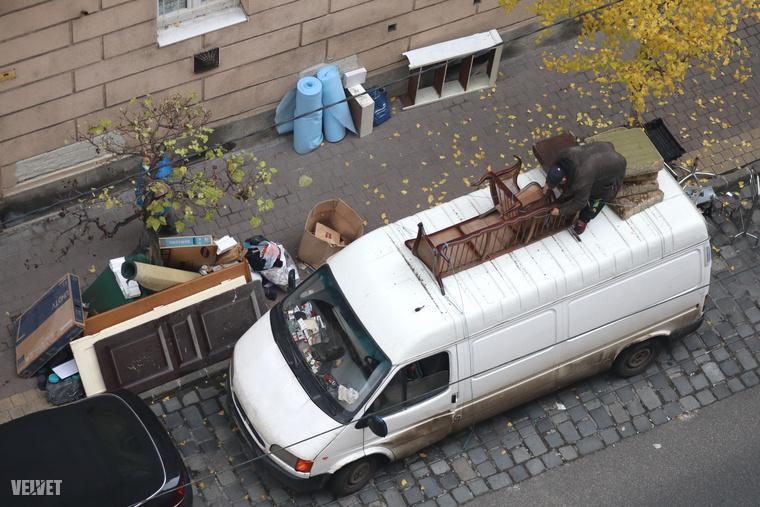 Többen jöttek furgonokkal, kisteherautókkal régi bútorokért, amiket úgy tettek fel a járművekre, mint a Tetrisben.