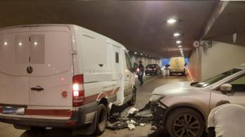 Pénzszállító ütközött egy autóval a pláza aluljárójában