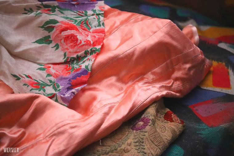 Ezen a képen meg többféle színes textil jött össze.