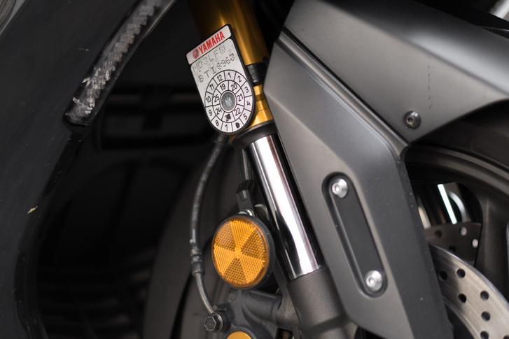 41 mm, a sárga eloxálás a Tech MAX kivitelé, a többi fekete