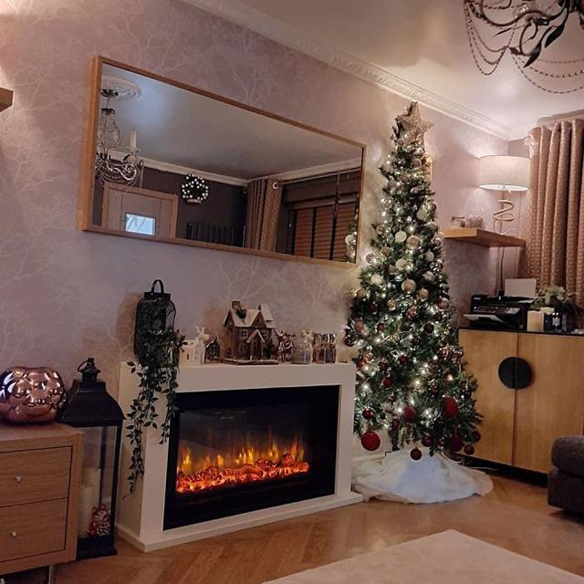 Zseniális az új karácsonyi trend: a fél karácsonyfa több okból is praktikus